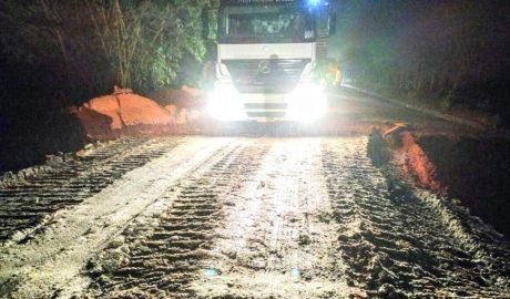 Ao final da noite de quinta-feira (09/02) o DEER conseguiu liberar o trânsito em pelo menos um dos lados da rodovia (foto: Facebook – Reprodução)