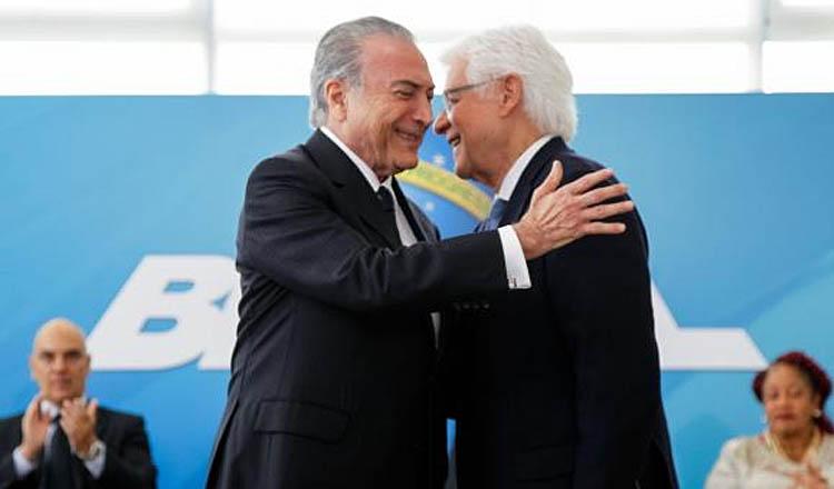 O presidente Michel Temer cumprimenta Moreira Franco depois de empossá-lo como ministro (foto: Beto Barata – Agência Brasil)