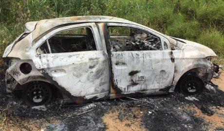 Um veículo ônix com as mesmas características do carro usado no tiroteio foi encontrado incendiado na zona rural de Teófilo Otoni (foto: Página do jornalista Elvis Passos no Facebook | Reprodução)