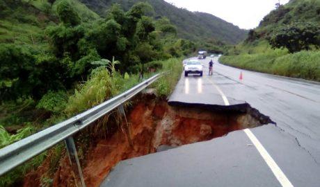 Na BR-116 também ocorreu o desmoranamento de parte da pista do trecho localizado no Km 305 mais 500 metros (foto: Facebook – Reprodução)