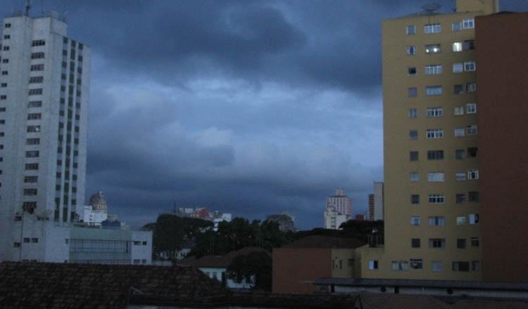 O clima nublado pode atrapalhar o pouso do avião do governador em Teófilo Otoni