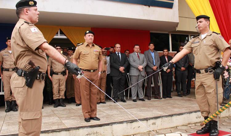 O comandante-geral da PMMG, Coronel Helbert Figueiró (centro) presidiu a solenidade de troca de comando da 15ª RPM, quando o Coronel Aroldo Pinheiro de Araújo (esq) entregou a unidade ao Coronel Marcelo Fernandes (dir)