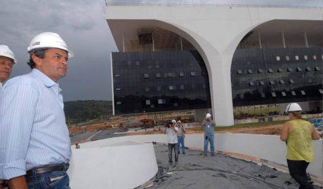 O então governador de MG Aécio Neves acompanhando o andamento das obras da Cidade Administrativa, um marco da sua gestão à frente do Governo (foto: SECOM MG)