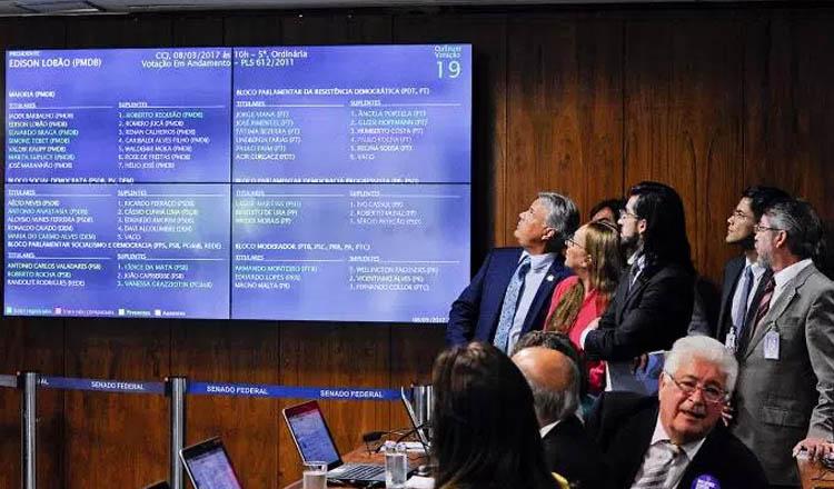 Senadores da Comissão de Constituição e Justiça (CCJ) durante a aprovação de projeto que reconhece uniões homossexuais no Brasil (foto: Edilson Rodrigues/Agência Senado)