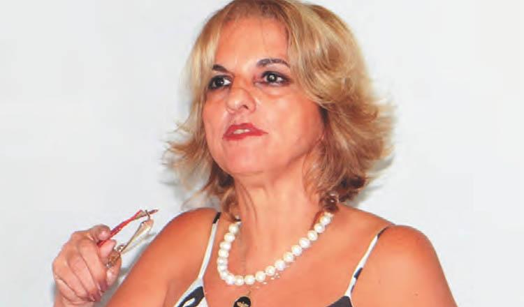 A secretária executiva da AMUC, Cinara Gerdi, durante o seu pronunciamento (foto: Diário Tribuna | Reprodução)