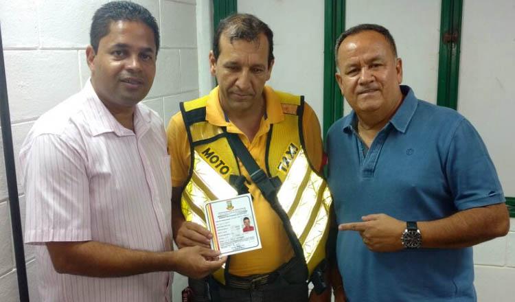 Por ocasião da visita, Northon Neiva acompanhou Rivelino durante a entrega da credencial de cadastramento a um mototaxista lincenciado (foto: Divulgação)