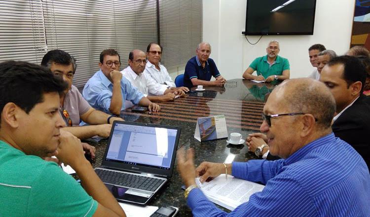 O vice-presidente da ACE, Tião da Jhiane, explica ao prefeito Daniel Sucupira como a EXPONOR levanta o ânimo da classe empresarial e do público que comparece ao evento (foto: SANTHAR/minasreporter.com)