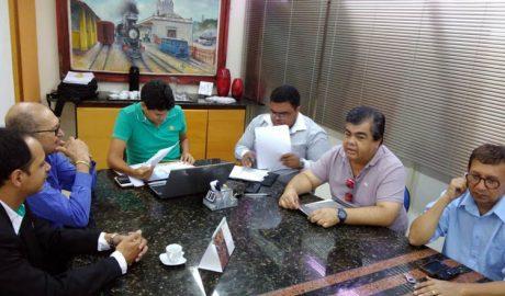 O prefeito Sucupira e o secretário Tarcirlei estudam atenta e minuciosamente as demandas apresentadas pela ACE e GEA (foto: SANTHAR/minasreporter.com)