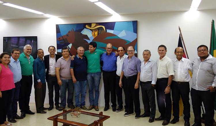 Ao centro, abraçado ao vice-presidente da ACE, Tião da Jhiane, o prefeito Sucupira posa descontraidamente com os participantes da reunião (foto: SANTHAR/minasreporter.com)