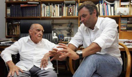 Aécio Neves, enquanto governador de MG, discutindo o projeto da Cidade Administrativa com o arquiteto Oscar Niemeyer (foto: Agência Estado / Reprodução)