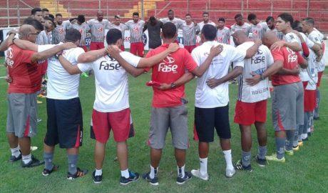Ao final da primeira reunião, a equipe se abraçou e pediu as bênçãos do Céu para os próximos jogos (foto: ASCOM América-TO   Crédito: PH Studio)