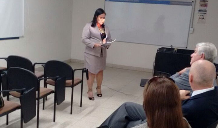 Momento em que Carla defendia a sua tese diante dos integrantes da banca examinadora da Unversidad del Museo Social Argentino