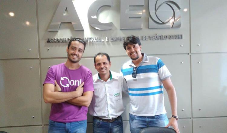 Mielly Maya (ao centro) entre os empresários Matheus Pena (Onidigital) e Thiago Bonfim (Divulgar Publicidades)