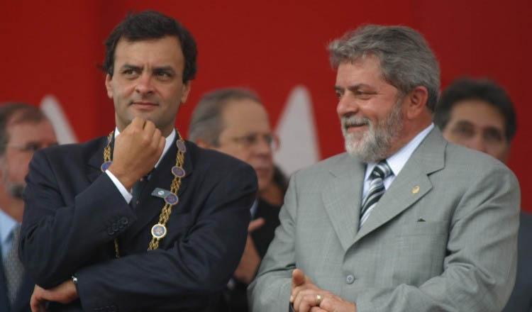 Lula recebeu a medalha pela primeira vez em 2003 das mãos do então governador Aécio Neves (foto: Marcelo Sant'Anna | Reprodução de O Estado de Minas)