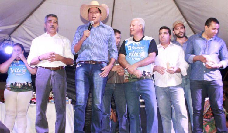 O prefeito Daniel Sucupira discursa durante o 2º Festival do Leite, de Brejão, apresentando a prestação de contas dos 100 dias de administração àquela comunidade (foto: ASCOM PMTO)