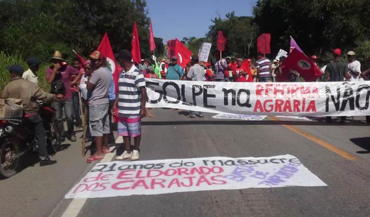 BR-116, em Frei Inocêncio, segue interditada por manifestantes do MST (Foto: MST/Divulgação | Reprodução do G1 Inter TV dos Vales)
