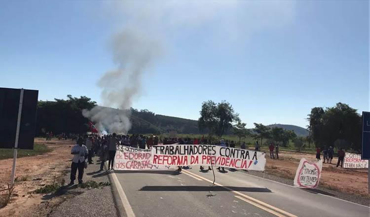 BR-381 foi interditada em Governador Valadares (MG) por cerca de 100 manifestantes (Foto: Nilson Fontes/Arquivo Pessoal | Reprodução do G1 Inter TV dos Vales)