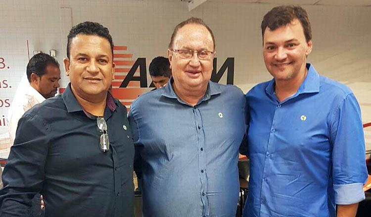 Os prefeitos Nego Sampaio (Poté), Vavá (Medina) e Nem Capotão (Novo Cruzeiro) foram eleitos diretores da Regional Jequitinhonha e Mucuri da AMM (fotos cedidas pela ASCOM PMTO)