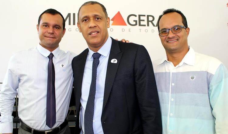 O deputado estadual Neilando Pimenta (PP) entre o prefeito de Águas Formosas, Dr. Alfeu, e o secretário municipal de Saúde, Ronildo Vaqueiros (foto: Divulgação)