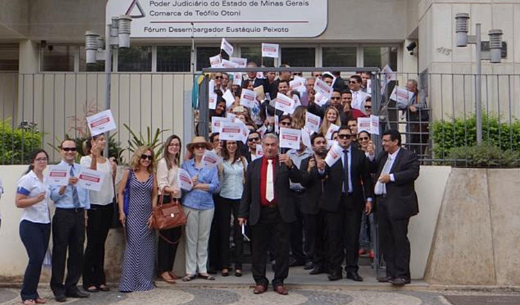 Advogados da 28ª Subseção da OAB/MG, durante manifestação nesta quarta-feira (19/04), em frente ao Fórum da Comarca de Teófilo Otoni (Foto: Cristina Moutinho | Reprodução do Resumo de notícias de Aníbal Gonçalves)