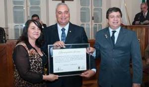 O deputado federal Ademir Camilo recebeu a sua homenagem das mãos dos vereadores Vânia Resende e Professor Felipe (foto: PH Studio | Reprodução)