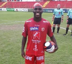O atacante Vitinho foi o nome do jogo, fazendo três gols na partida (Foto: FMF/Divulgação)