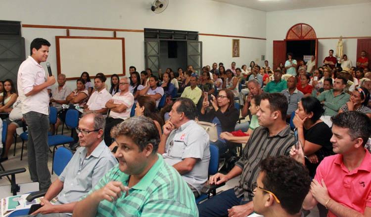 O prefeito Daniel Sucupira discursa durante a prestação de contas dos 100 dias do seu governo aos moradores da Zona Sula da cidade (foto: Divulgação PMTO)