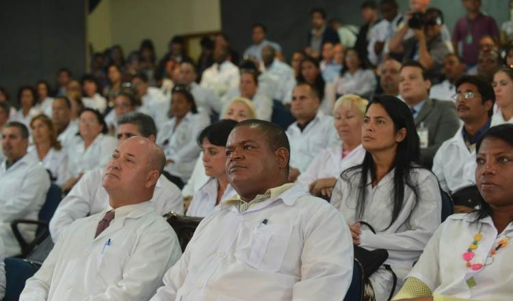 Pelos cálculos do governo, pelo menos 4 mil médicos cubanos deverão deixar o Brasil até julho, depois de terem permanecido durante três anos trabalhando no programa brasileiro (foto: Elza Fiúza / Agência Brasil)
