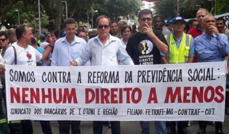 Manifestantes na Praça Tiradentes, contra as reformas trabalhista e da Previdência (foto: Reprodução |facebook do professor Antônio Jorge)