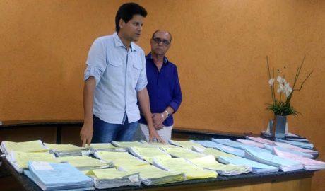 O prefeito Daniel Sucupira e o vice José Roberto Corrêa apresentam documentos que, segundo eles, são os empenhos das dívidas herdadas, que somam mais de R$ 60 milhões (foto: SANTHAR/minasreporter.com)