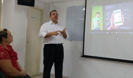 O representante do e-dinheiro explica a empresários teofilotonenses a dinâmica do funcionamento do sistema (foto: SANTHAR/minasreporter.com)