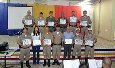 Os homenageados com as diferentes comendas recebidas na solenidade de comemoração dos 10 anos da 15ª RPM (foto: ACO 15ª RPM)