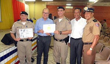 O empresário Sebastião Ribeiro (de axul, ao centro), recebendo a sua homenagem das mãos do comandante da 15ª RPM, Coronel Marcelo Fernandes