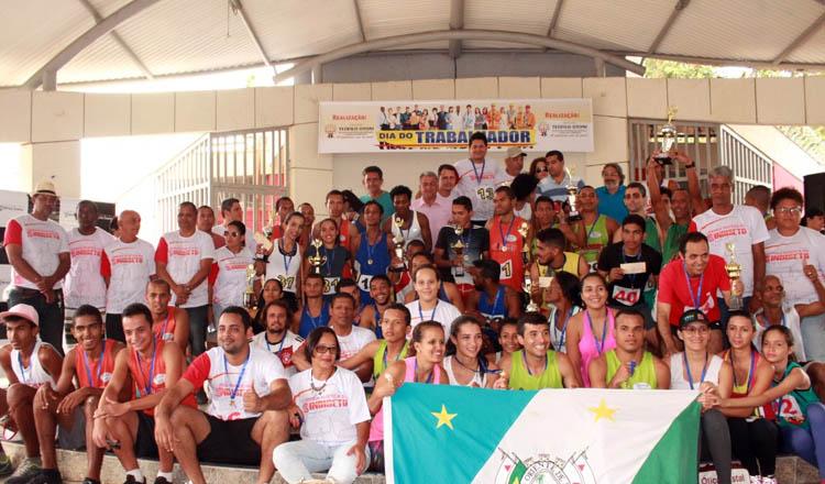 O prefeito Daniel Sucupira (ao centro) posa com alguns dos premiados na Rústica do Trabalhador, que fechou a programação especial do Dia do Trabalhador (foto ASCOM PMTO)