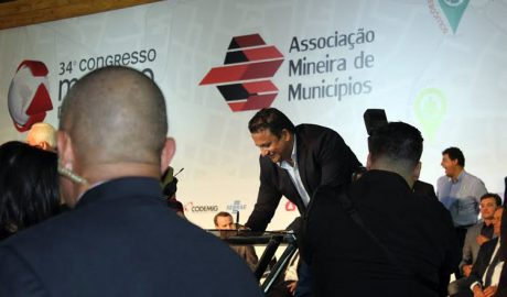 """Momento em que o prefeito de Poté, Gildésio """"Nego"""" Sampaio, assinava o termo de posse como diretor regional da AMM no Mucuri/Jequitinhonha (fotos: Divulgação)"""