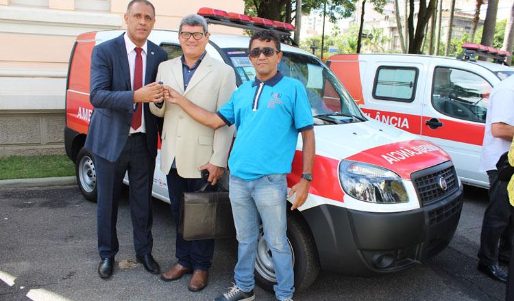 O prefeito de Acássio Coutinho (ao centro) recebeu a chave da ambulância das mãos do deputado estadual Neilando Pimenta (esq). O vereador José Armando Torres também se fez presente à solenidade (foto: Divulgação)