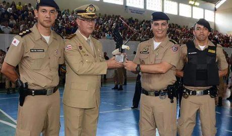 O paraninfo da turma foi o Coronel Paulo de Tarso Alonso Uzêda, da Polícia Militar da Bahia, que aparece na foto sendo cumprimentado pelo Coronel Marcelo Fernandes, comandante da 15ª RPM (foto: Facebook | Reprodução)