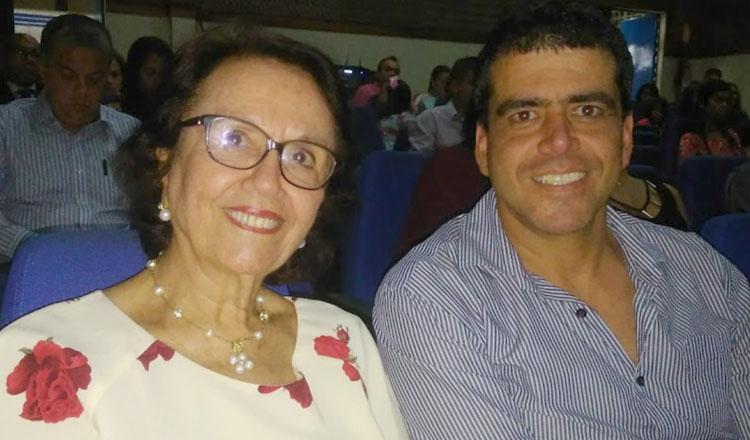 A professora Íris Míglio, presidente do Instituto Histórico e Geográfico do Mucuri, ao lado do filho, o empresário Lucas Míglio (foto: SANTHAR/minasreporter.com)