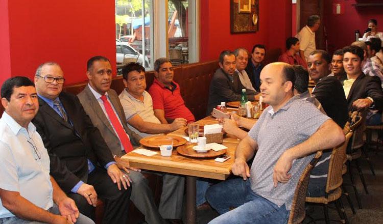 O deputado estadual Neilando Pimenta durante almoço de trabalho com prefeitos da região Nordeste de Minas (foto: Divulgação)